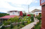Двор гостевого дома Юлия в Коктебеле, Крым.